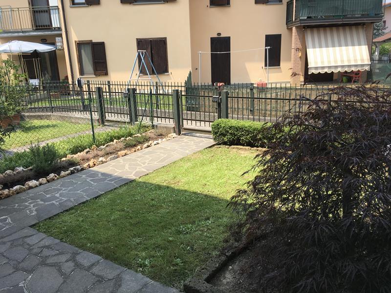 bilocale a calcinate con giardino